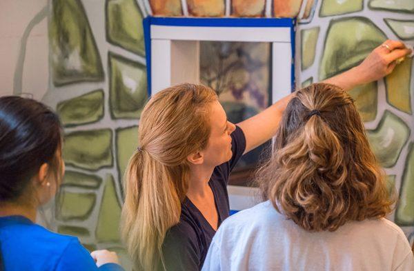 Artist Mirinda Reynolds working with students.